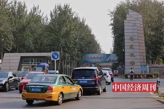 掩映在部隊大院和蒼翠樹木中的南苑機場(《中國經濟週刊》首席攝影記者 肖翊 | 攝)