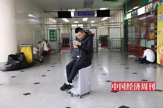 在南苑機場航站樓內候機的旅客(《中國經濟週刊》首席攝影記者 肖翊 | 攝)