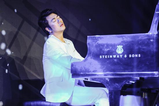 郎朗在新专辑发布会上演奏部分曲目。