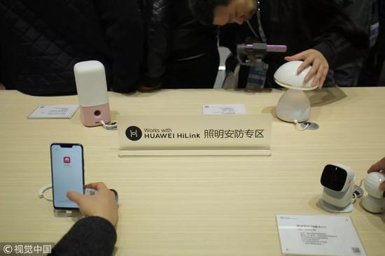 ▲3月14日,華爲在上海新國際博覽中心開幕的中國家電及消費電子博覽會(AWE)上展出其移動通信與相關產品和技術,包括AI音箱、智能照明系統等。(視覺中國)