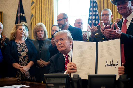 """當地時間2019年3月15日,美國華盛頓,美國總統川普在白宮行使了他人生中第一個總統否決權,駁回了國會參衆兩院關於終止其通過""""緊急狀態""""築牆的立法動議。視覺中國 圖"""