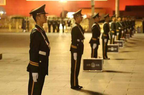 ▲资料图片:2018年国庆假期,在天安门广场上,武警北京总队执勤第一支队官兵整齐列队,维护现场秩序。