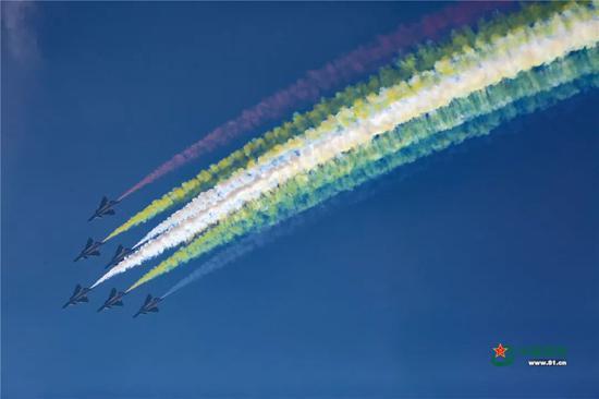 ▲八一飞行表演队进行编队飞行表演。中国军网记者 冯开华 摄