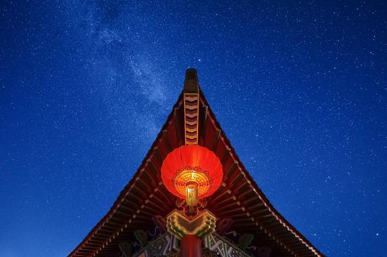 《古建筑的红灯笼高高挂》刘宇 摄