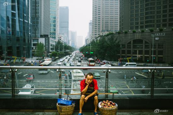 《天桥上的小贩》摄影:@九转成丹 拍摄时间:2016年7月25日  拍摄地点:四川省成都天府广场