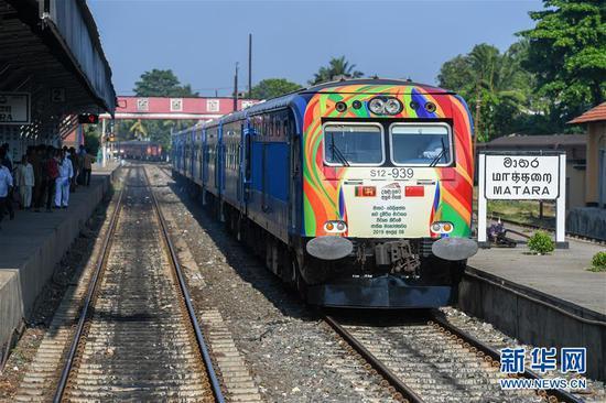 4月8日,列车停靠在斯里兰卡南部马特勒车站,准备驶往贝利亚塔。由中国企业承建的斯里兰卡南部铁路延长线一期项目8日正式通车,并在斯南部城市贝利亚塔举行了通车仪式。 新华社记者 郭磊 摄