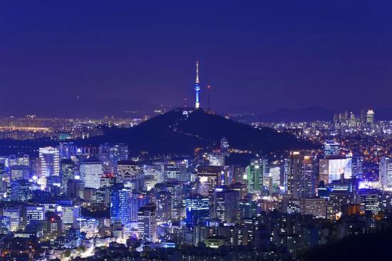 (图为夜幕下的韩国首尔 图源:视觉中国)
