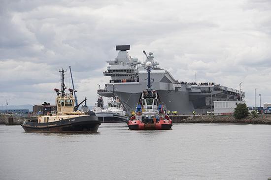 """返回港口的""""伊麗莎白女王""""號航母"""