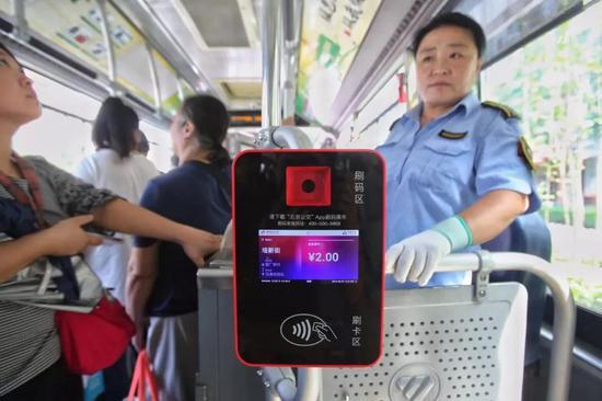 "<b>北京:年底前 实现乘客公交车地铁""一码通行""|北京公交|地铁</b>"