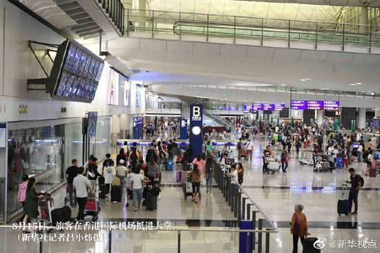 香港机场乘客:提诉求请用嘴巴 而不是拳头
