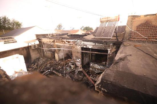 北京大年夜兴一村落起火并有爆响声 现场清理出煤气罐|爆响