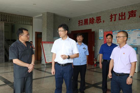 庞科伟(左二)对法院事情提出要求