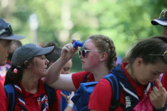 7月21日,正在好国纽约,一位参与夏令营的门生用小风扇降温。新华社记者张凤国摄