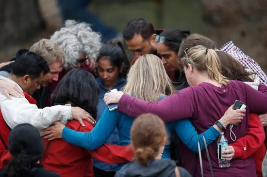 5月7日,正在好国科罗推多州丹佛市郊区,家少正在枪击事务发作后一路祷告。新华社/好联
