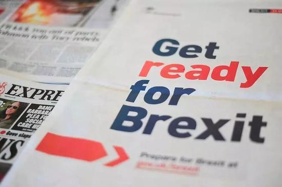 """图为9月2日拍摄的英国报纸,下面整版写着""""为'脱欧'做好筹办""""。新华社/法新"""