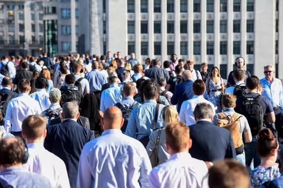 8月29日,正在英国伦敦,人们走正在通往金融乡的路上。新华社收(史蒂芬·程摄)