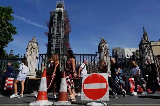 8月30日,正在英国伦敦,止人途经议会年夜厦。新华社/欧洲消息图片社