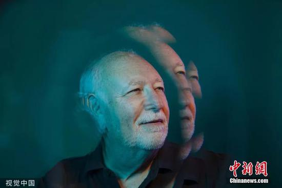 安德鲁·卡普兰正在家中拍摄的肖像。图片滥觞:视觉中国