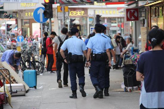 2018年10月13日,喷鼻港元朗,街景,街上巡查的差人。图片做者:清闲游/视觉中国