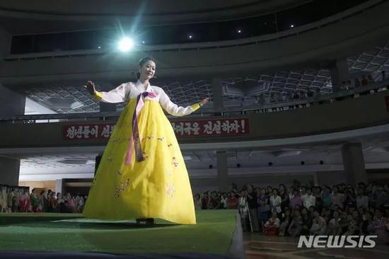 平壤大办服装展 朝鲜美女惊艳T台秀(图)
