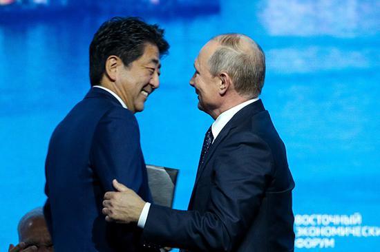 9月5日,安倍晋三取普京正在俄国近东地域的符推迪沃斯托克再度接见会面。IC 图