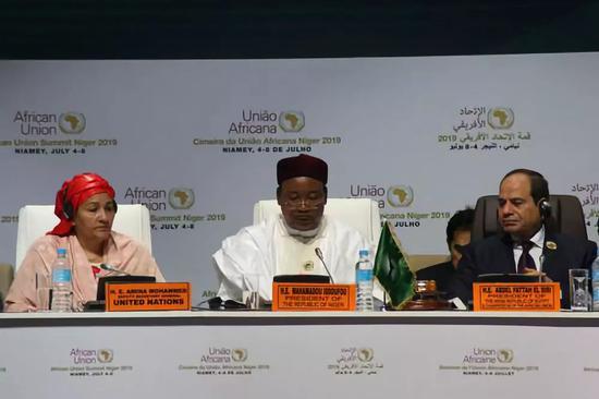 2019年7月7日,尼日尔总统伊素福(中)在第12届非洲联盟非洲大陆自由贸易区特别峰会开幕式上致辞。新华社发