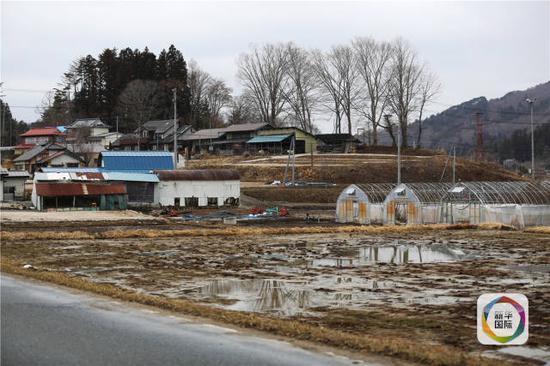 日本福岛县被废弃的农田和房屋(新华社)
