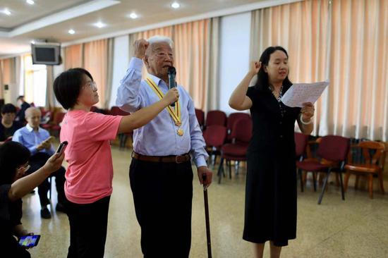 张守中老人宣誓。摄影/新京报记者 浦峰