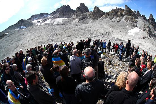 本地工夫2019年9月22日,瑞士,人们登上山顶为正正在消逝的Pizol冰川举行悲悼典礼,以示对天气变革的存眷。 视觉中国 图