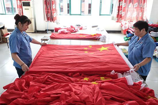 工人正在对国旗停止量检。