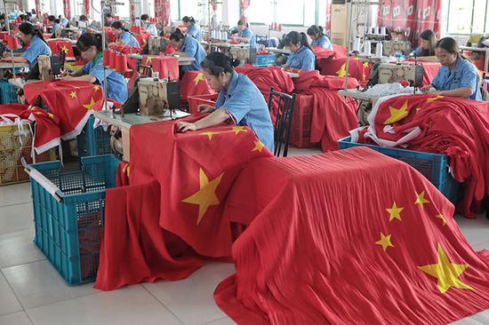 工人正正在缝造国旗。