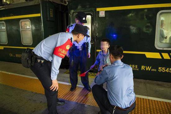 民警找到和家人走散的男孩