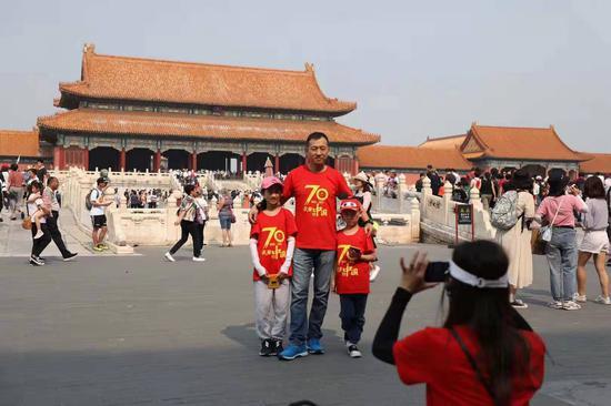 浙江一家四口穿着国庆70周年文化衫在故宫游览。新京报记者 浦峰 摄