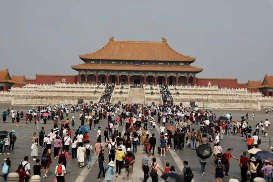 游客从太和殿广场开始参观故宫。新京报记者 浦峰 摄