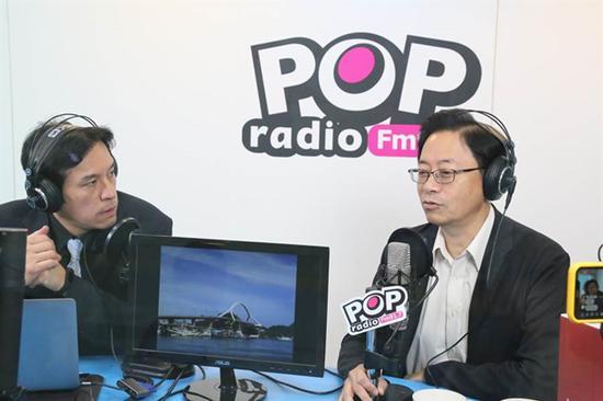 张擅政(左)承受采访。(图片与自台媒)