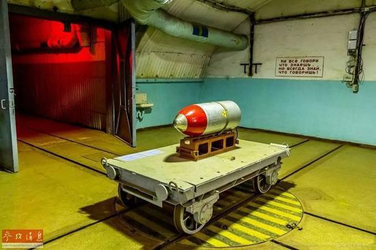 ▲明天正在巴推克推瓦公开潜艇基天专物馆中展出的暗斗核弹模子,昔时正在该基天曾摆设有弹讲导弹。