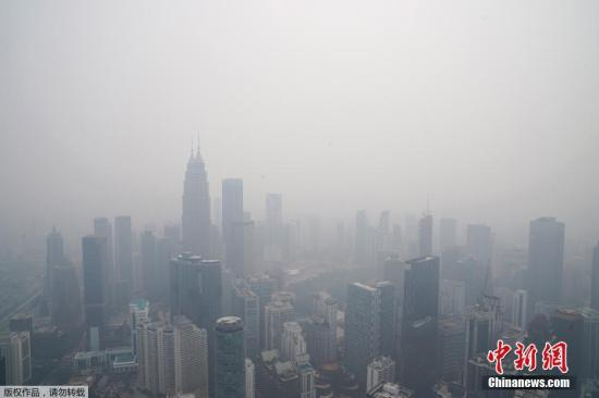 材料图:本地工夫9月18日,受印度僧西亚连续丛林火警,马去西亚凶隆坡呈现严峻氛围净化。