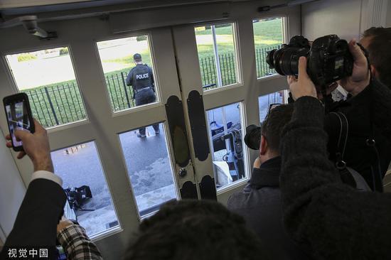 记者被留在简报室中 @视觉中国