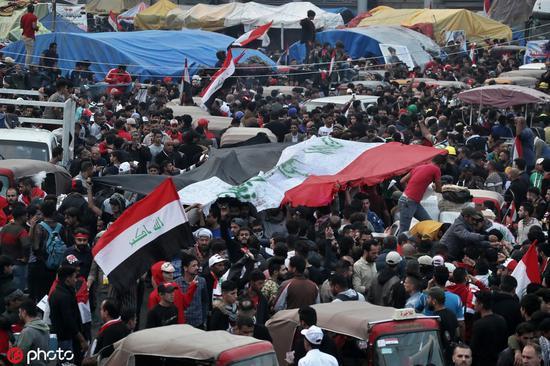 2019年11月29日星期五,反政府抗议者聚集在伊拉克巴格达解放广场,庆祝伊拉克总理阿德尔·阿卜杜勒·迈赫迪宣布辞职 @东方IC