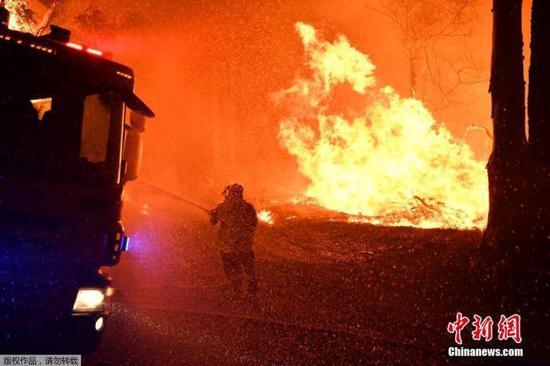当地时间2019年12月3日,澳大利亚新南威尔士州Kioloa附近,当地山区野火持续燃烧,消防人员深夜救火。