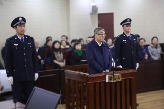 黑龙江一官员受审:为逃避调查潜逃 曾被A级通缉图片