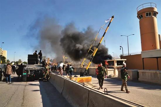 2019年12月31日,数百名示威者在美国驻伊拉克大使馆前集会,抗议美军空袭伊拉克。图/美联