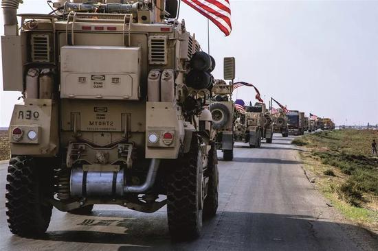 2019年10月26日,美军一支车队从伊拉克返回叙利亚东北部哈塞克省。美国官员表示,数百名美军士兵将部署在叙利亚东部油田区域,以确保油田安全。图/美联