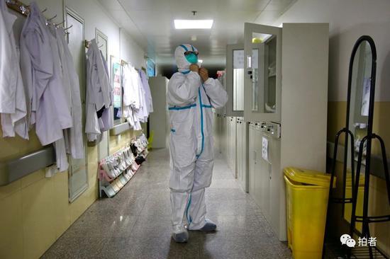△1月22日,中南医院隔离区,医务人员进入病房前,穿戴好防护服。
