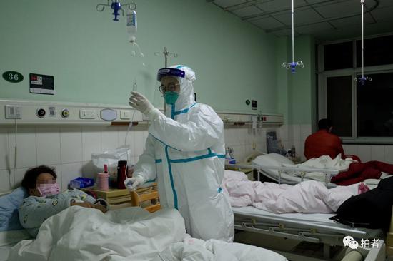 △1月22日,中南医院隔离区一病房内,医务人员为一新型冠状病毒患者输液。