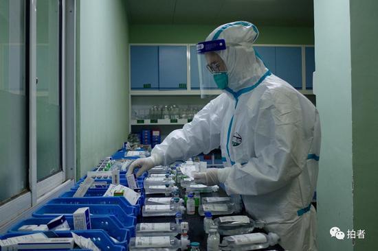 △1月22日,中南医院隔离区,医务人员为新型冠状病毒患者准备药物。