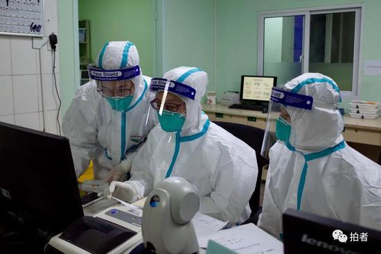 △1月22日,中南医院隔离区护士站,医务人员在核对病人用药情况。