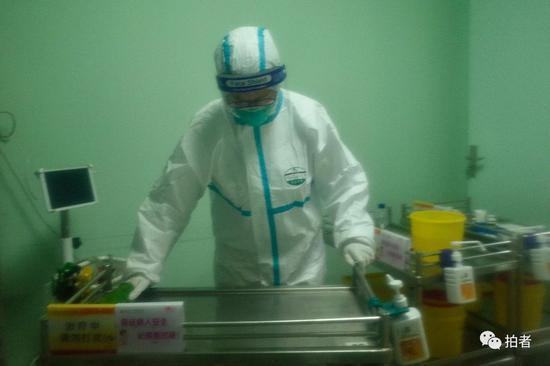 △1月22日,中南医院隔离区,医务人员对仪器与桌台擦拭消毒。