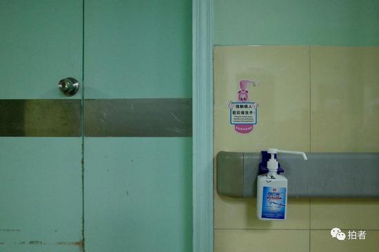 △1月22日,中南医院隔离区,每间病房平时都关着门,门侧配有酒精洗手液。
