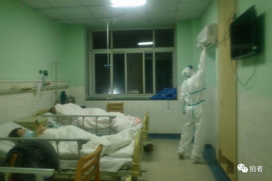 △1月22日,中南医院隔离区一病房内,医务人员调试空气净化器。